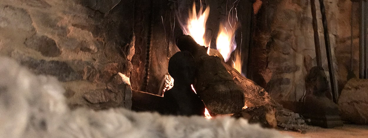 clos-l-abbe-salon-cheminee-feu-de-bois-cosy